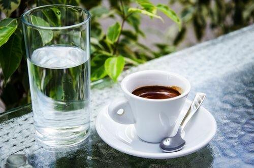 Почему кофе рекомендуется запивать холодной водой