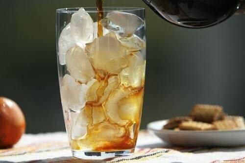 холодный кофе с медом и молоком