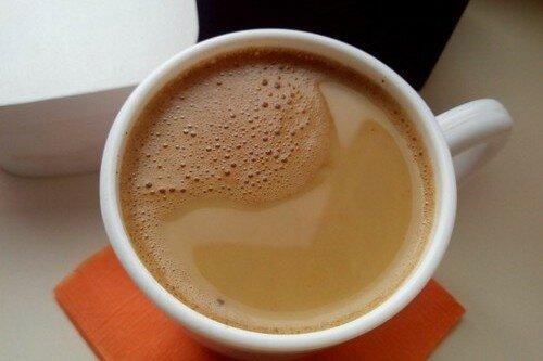 растворимый кофе с молоком и корицей